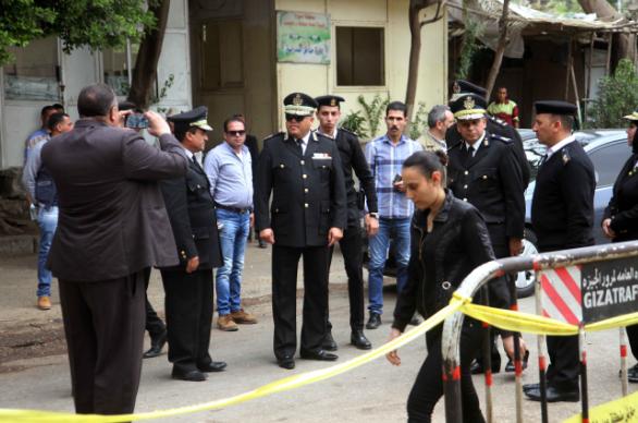 قائد جامع مصطفى عصام خارج مركز اقتراع بشارع الهرم في 28 مارس 2018