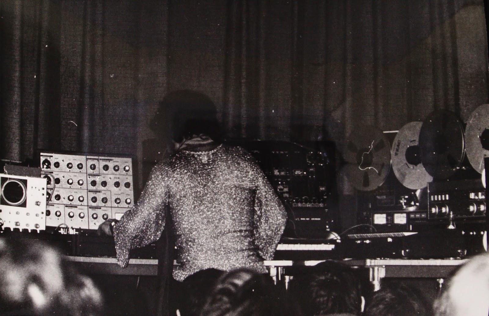 Pierre Salkazanov 'Zanov' en uno de los conciertos privados para un grupo de militares de la Marina Francesa en enero/febrero de 1977