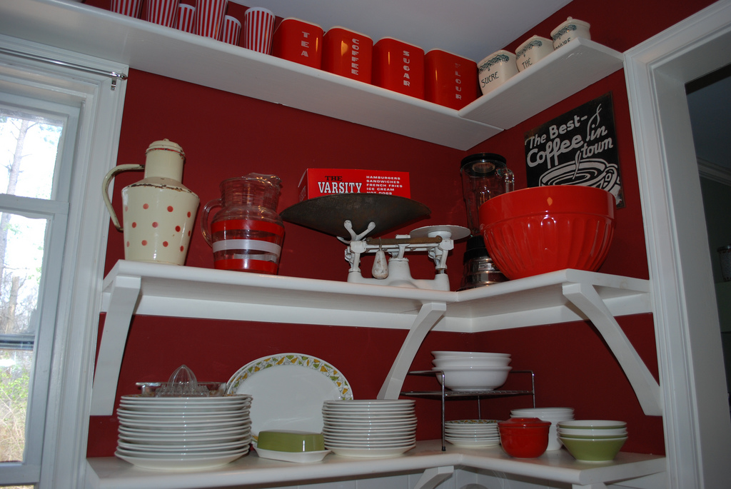 Einzelne Wände Rot Gestrichen, Dazu Weiße Regale, Bild: