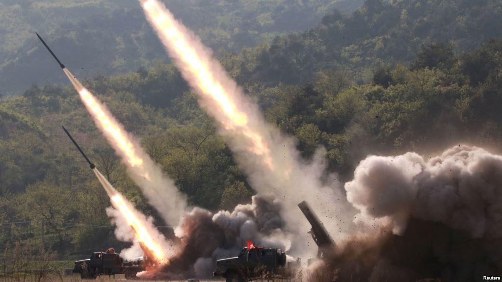 Misiles son lanzados durante un ejercicio militar en Corea del Norte, el 10 de mayo de 2019. Foto proporcionada por la Agencia de Noticias Central Coreana, KCNA / REUTERS