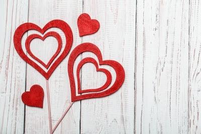 Tinye gifte for Valentynes Daye: Amour Ys Lyke a Potel of Wyne