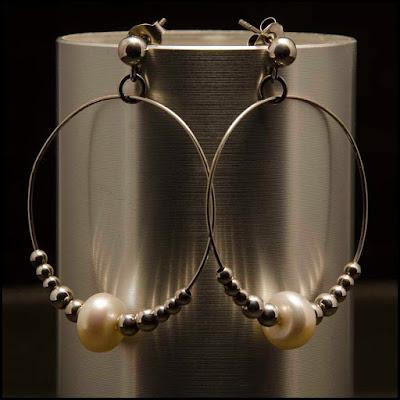 Pendientes de aro, perlas y bolas de plata. Joyería Artesanal Personalizada
