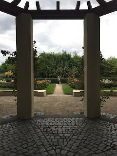 Rosengarten Fort X Köln: Blick aus dem sanierten Pavillon auf die Blütenpracht