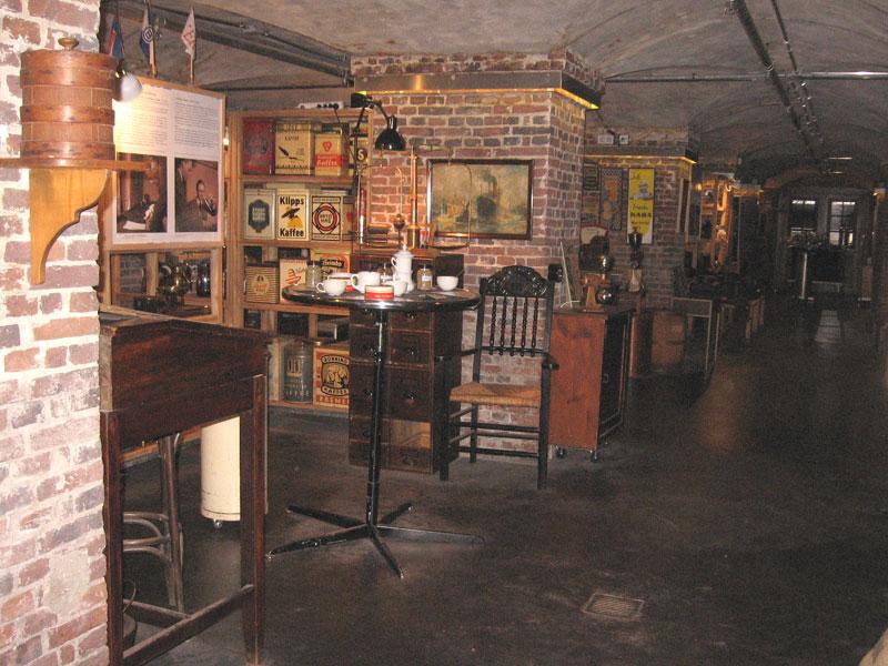 zwei linden vor dem haus kaffeemuseum burg in der speicherstadt. Black Bedroom Furniture Sets. Home Design Ideas