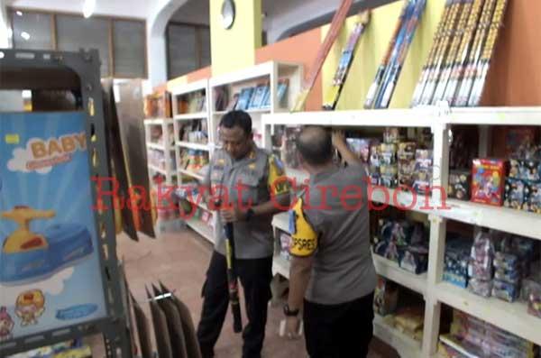 toko petasan di cirebon diperiksa polisi