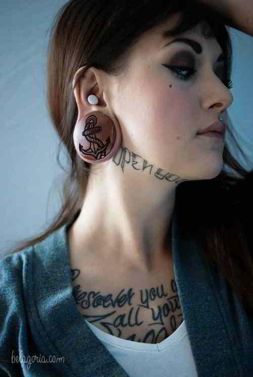 Un tatuaje en el cuello muy espectacular