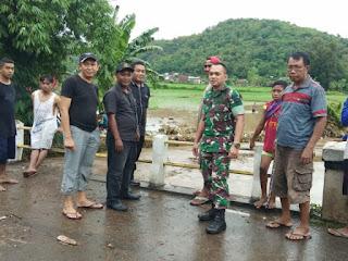 Sigap Bencana Jajaran Kodim 1608/Bima Gotong Royong Bersihkan Sisa Banjir Bandang