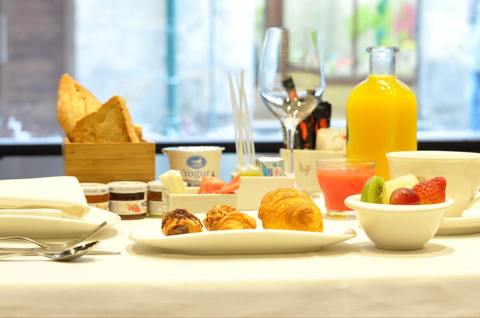 Desayunos a la carta servidos en mesa gran hotel la perla - Mesas de desayuno ...