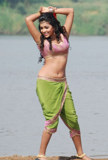 Amala paul showing her boobs and navel to her Fans