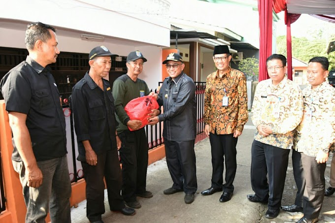 PT Taspen Serahkan 150 Paket Sembako Buat Satgas banjir PUPR