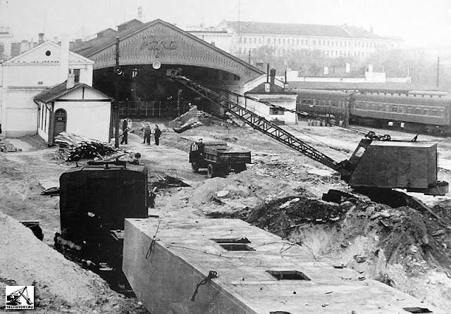 1958 год. Рига. Снос старого и начало строительства нового Рижского центрального ж/д вокзала. Экскаватор с оборудованием драглайна