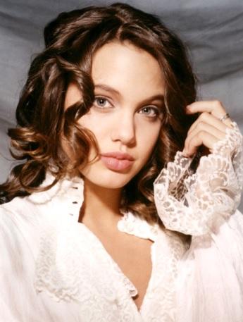 Foto de Angelina Jolie con cabello ondeado
