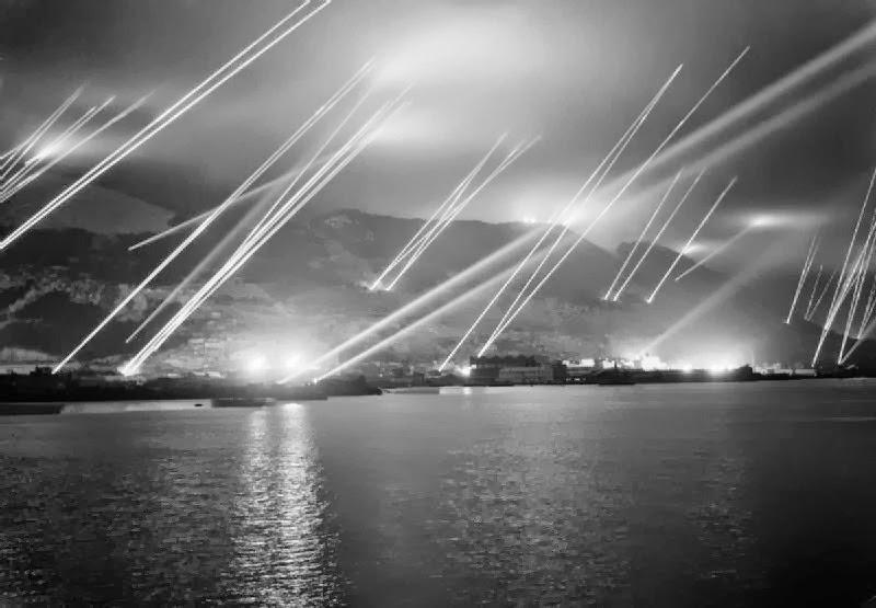 Reflectores sobre el Peñón de Gibraltar de 1942