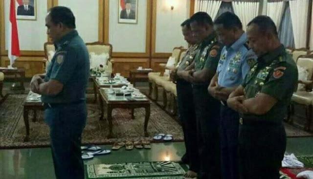 Foto 5 Jenderal Yang Lakukan Shalat Berjamaah Ini Membuat Kagum Netizen