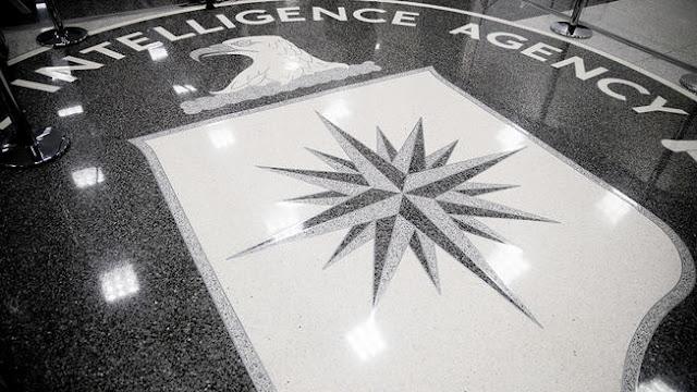 Um ex-agente da CIA está sendo acusado de posse ilegal de informação classificada, um dia depois de ser detido no aeroporto John F. Kennedy.
