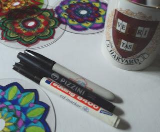 Marcadores de diferentes marcas para pintar CDs