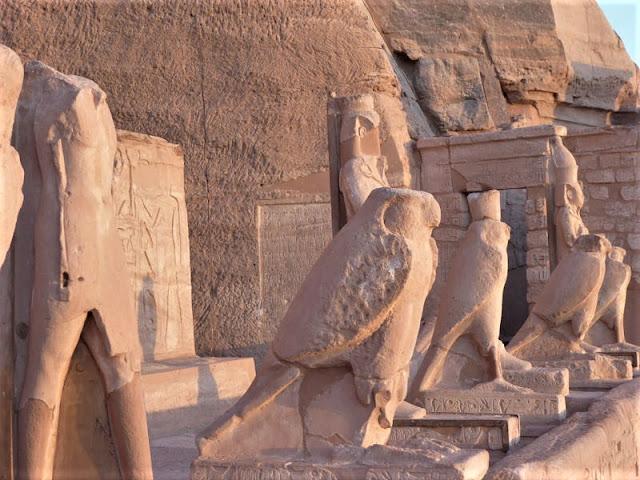 le statue di horus abu simbel