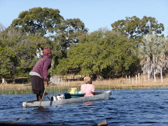Mujeres en mokoro en el Delta del Okawango