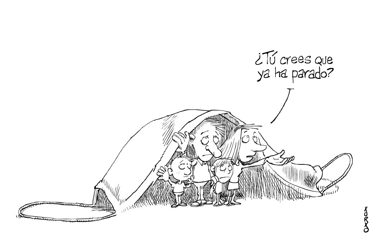 Una familia se resguarda bajo una mascarilla
