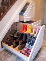ideas para organizar el calzado debajo de la escalera