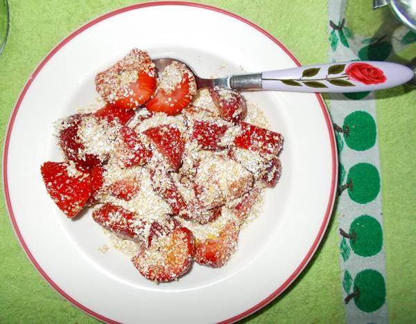 Ideia de lanche rápido e saudável com morangos e farelo de aveia
