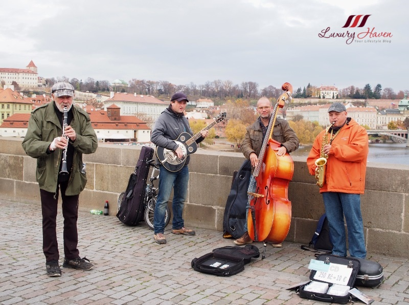 prague sightseeing charles bridge musicians playing