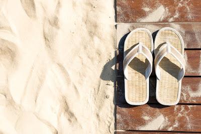 Sandalias de playa con estilo. Completa tu outfit más top del verano.
