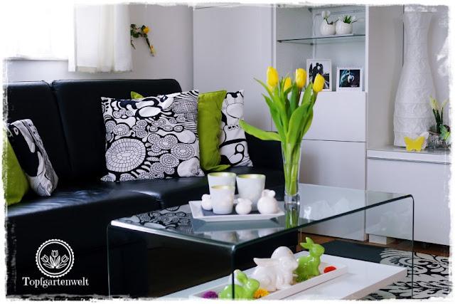 Gartenblog Topfgartenwelt Deko:schwarz weißes Wohnzimmer mit gelben und grünen Akzenten für den Frühling und Ostern