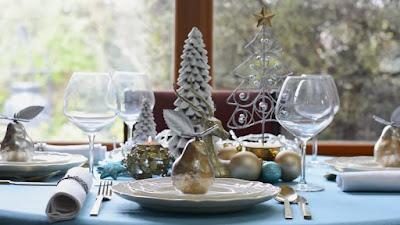Mesa de natal decorada com prata e dourado