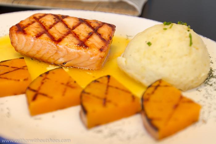 """Grilled Salmon Fillet"""" filete de salmón marcado al grill, con salsa de cítricos Blue Frog"""