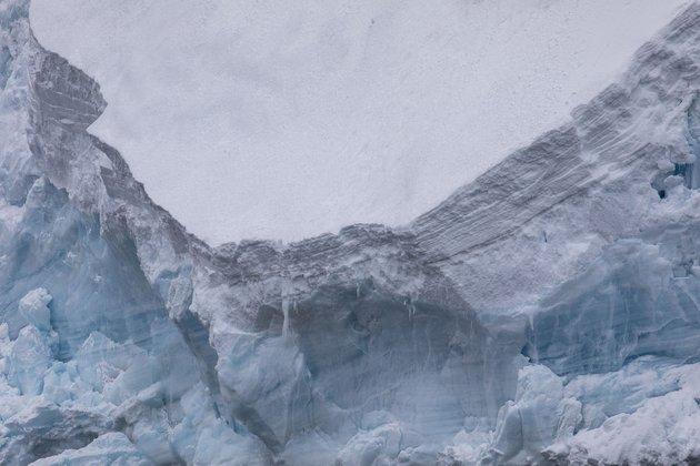 Η τρομακτική σκηνή με παγόβουνο που καταρρέει μπροστά σε δεκάδες τουρίστες στην Ισλανδία (βίντεο)