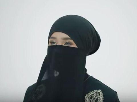 Tutorial Pakai Cadar untuk Perjalanan Haji Foto: Dok. Youtube HIJUP