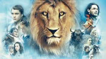 No centro da foto rosto de um Leão na esquerda Jovens e do outros animais da mundo de Nárnia... Filme As Cônicas de Nárnia 1