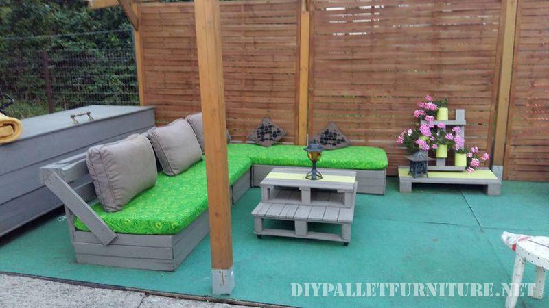 pequea jardinera es todo lo que ha necesitado para darle vida a su patio por supuesto todos los muebles los ha creado ella misma con la ayuda de unos