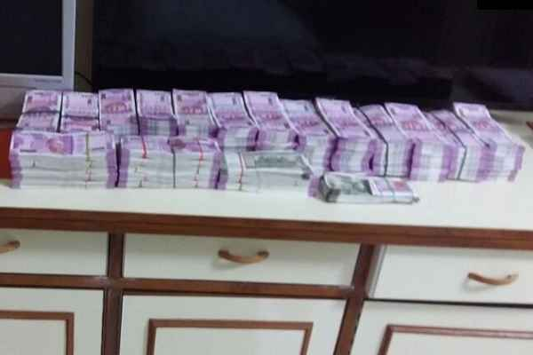 गुवाहाटी में CID वालों ने पकड़ लिए डेढ़ करोड़ के 2000 के नोट