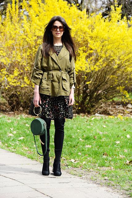 хаки куртка, платье в цветочек