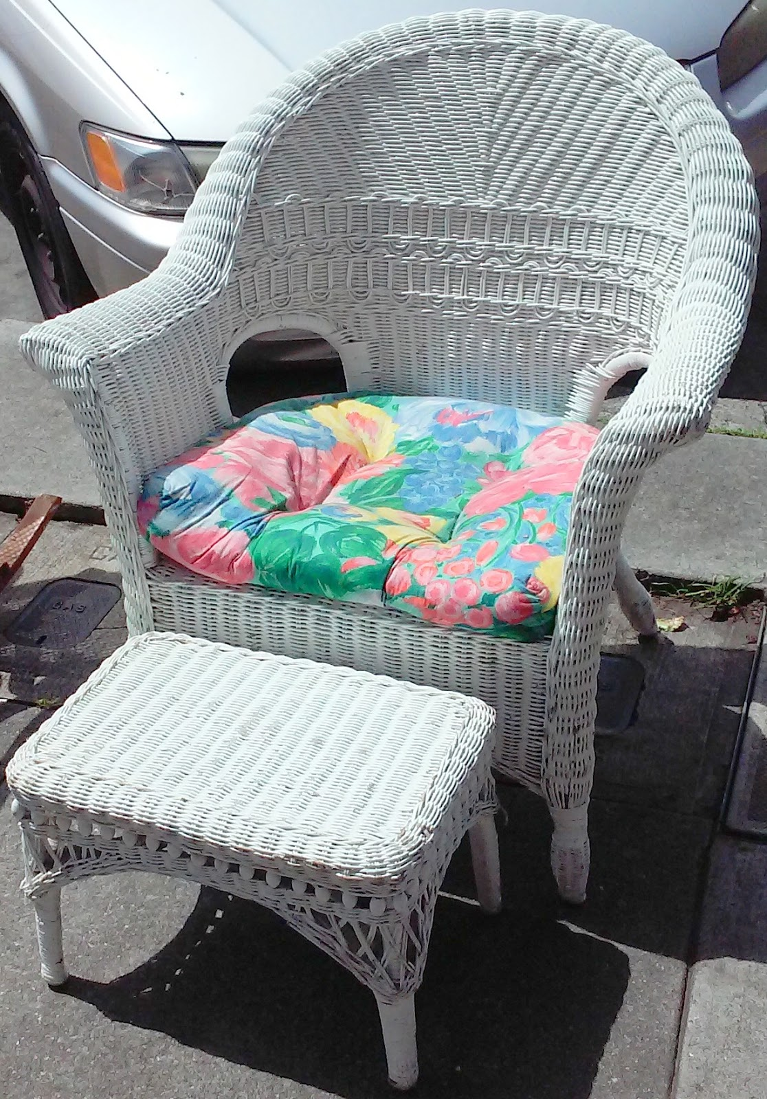 uhuru furniture collectibles sold white wicker chair and ottoman 40. Black Bedroom Furniture Sets. Home Design Ideas