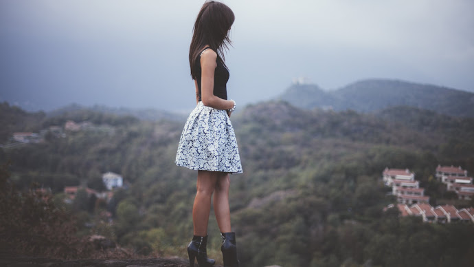 Wallpaper: Beautiful Girl and Landscape