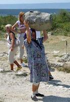 Extrem starke alte Frau hebt Felsen hoch lustiges Bild Oma