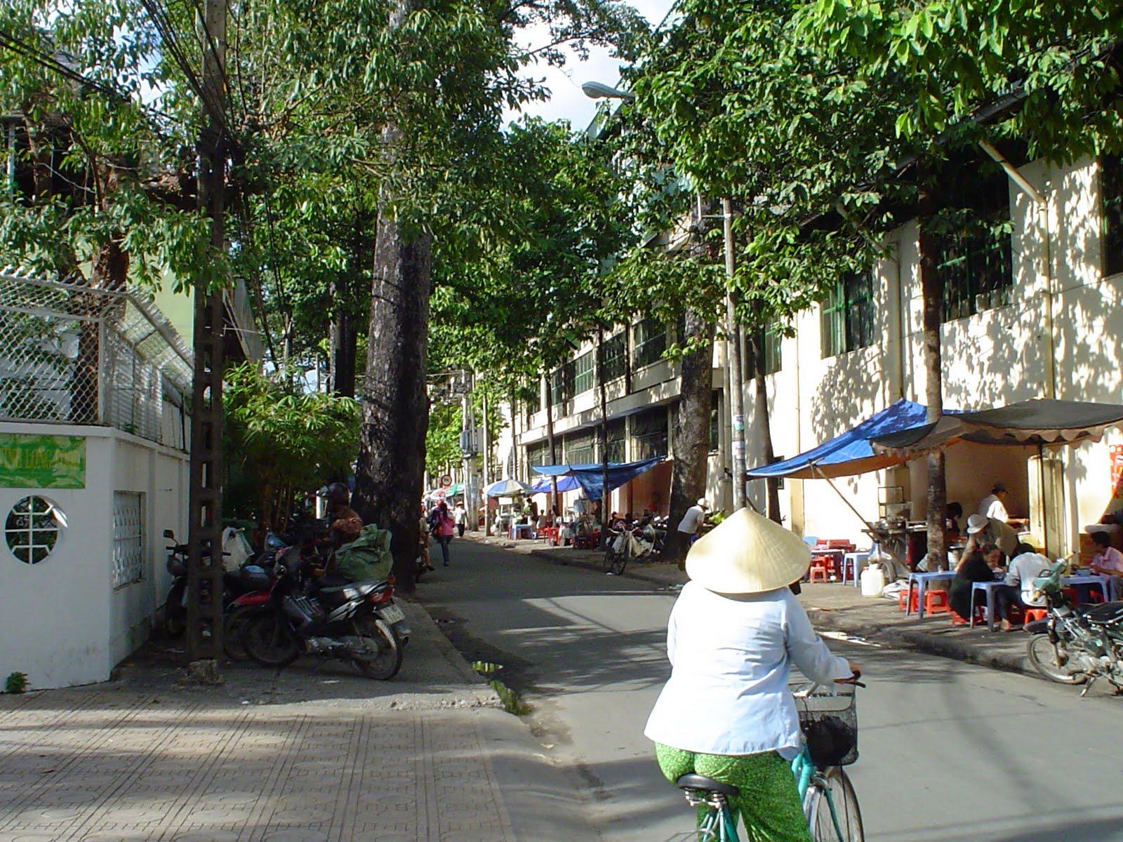 Donna in bicicletta con il cappello vietnamita. Ho Chi Minh Città (Saigon) a03dad0a175b