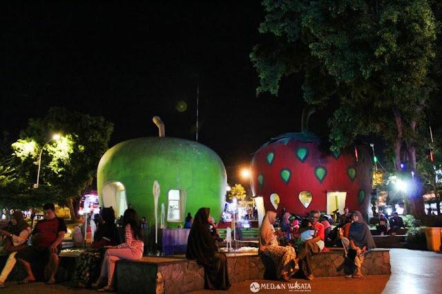 Berlari-lari Menaiki Bianglala Alun-alun Batu Malang
