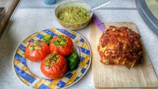 Mediteranes Käse Igel Brot mit gefüllten Tomaten und Guacamole