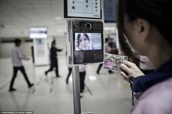 ـ صور من داخل المصنع السري لتجميع الآيفون في الصين ، ولماذا حرصت آبل على نشرها ؟ 1474911409_14.png