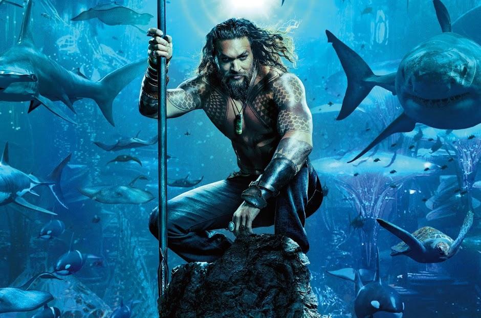 """Jason Momoa nada com Tubarões no primeiro pôster de """"Aquaman"""""""