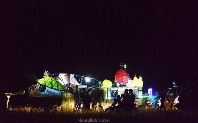 Suasana gelap di lapangan jelamun namun meriah didatangi warga setempat