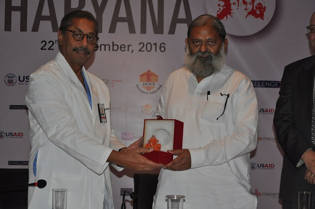 Dr Naresh Trehan felicitating Hon'ble Minister of Health, Shri Anil Vij at the first anniversary of Mission TB Free Haryana 2016