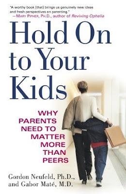 Voorkant boek 'Hold On to Your Kids', Laat je kind niet los, met moeder-kind foto en ondertitel 'why parents need to matter more than peers'