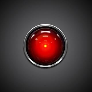 """2001: A Space odyssey - Imagen que muestra el """"ojo"""" del computador Hall 9000, una especie de objetivo de cámara de color en cuyo fondo hay un punto central amarillo, algo parecido a una pequeña pupila"""