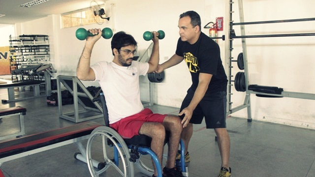 Personal trainer Gilson Albuquerque orienta cadeirante Jadson Salvador - Foto: Paulista Fotografias/Juliano Mendes Assessoria