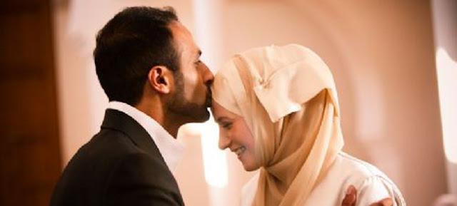 Mencium dan Memeluk Istri Ketika Berpuasa, Puasanya Batal?